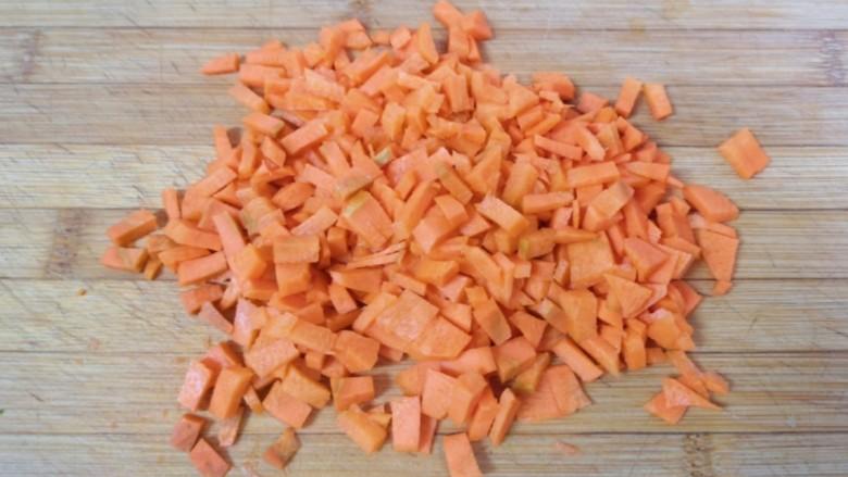 青菜油渣包,<a style='color:red;display:inline-block;' href='/shicai/ 25'>胡萝卜</a>切碎。