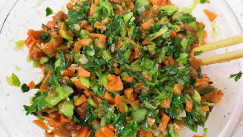 青菜油渣包,油渣青菜馅就做好啦,放在一边备用。