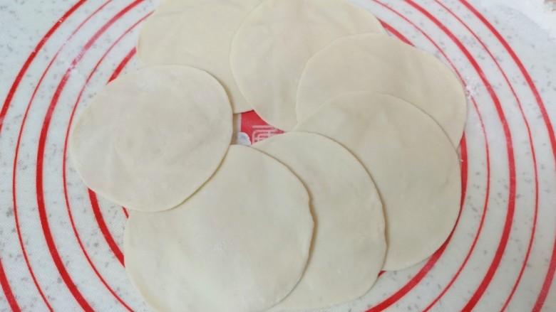 青菜油渣包,擀成中间稍厚边缘薄的包子皮。