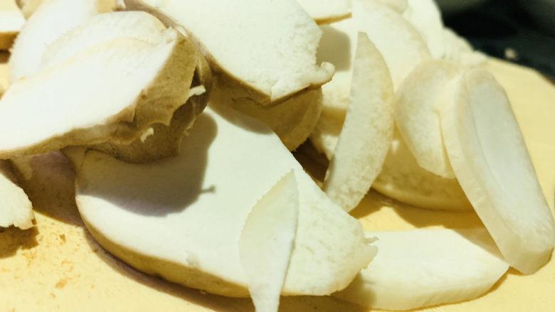 杏鲍菇炒鸡蛋,切薄片;