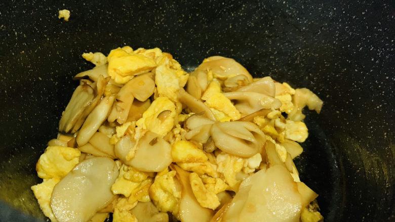 杏鲍菇炒鸡蛋,起锅;