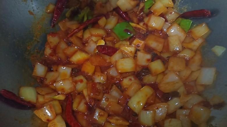 美味虾爪煲,再放入干红辣椒,<a style='color:red;display:inline-block;' href='/shicai/ 46964'>郫县豆瓣酱</a>,麻椒,炒出红油,小火,不然容易干锅。