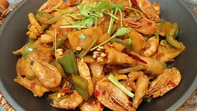 美味虾爪煲,如果喜欢吃辣的可以多放一些辣椒和郫县豆瓣酱,根据个人口味添加
