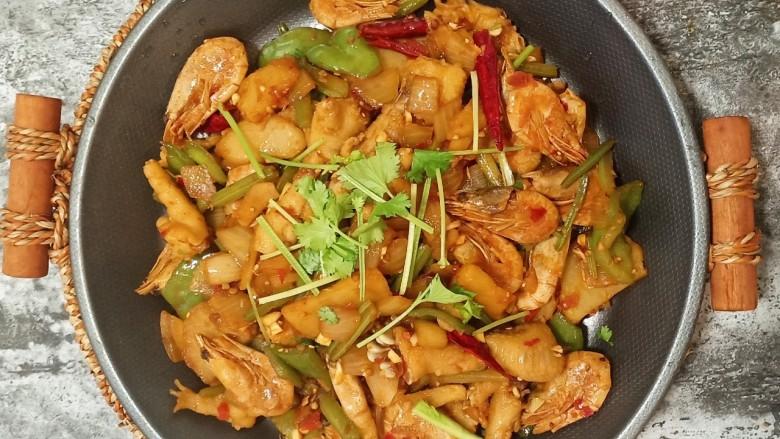 美味虾爪煲,喜欢吃鸡爪的可以多放,记得煮好后剁成小块更好入味。喜欢吃蔬菜的可以再放些娃娃菜金针菇之类的