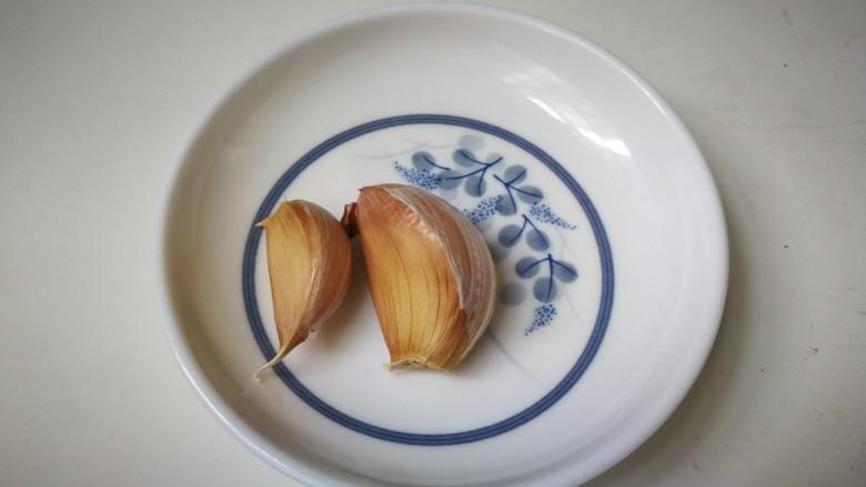 杏鲍菇炒牛肉,蒜瓣剥去皮