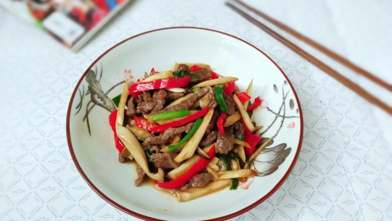 杏鲍菇炒牛肉,出锅盛盘