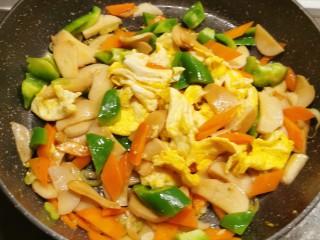 杏鲍菇炒鸡蛋,翻拌均匀即可关火