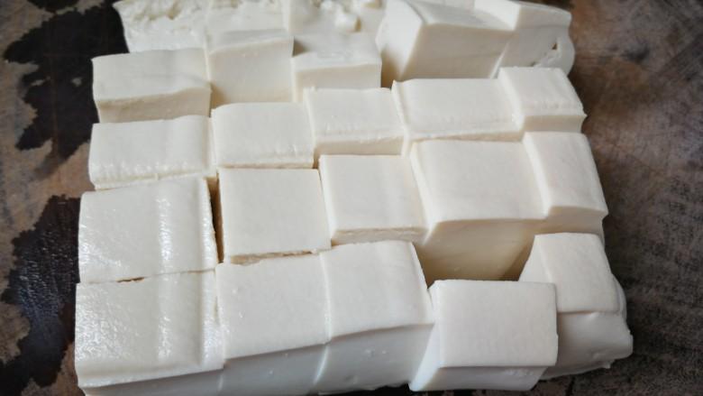海带豆腐汤,切成小块