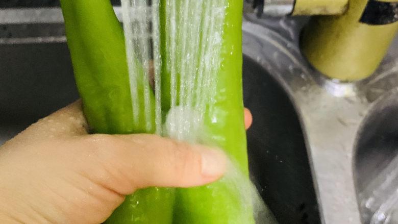 青椒炒猪肚,青椒洗净;
