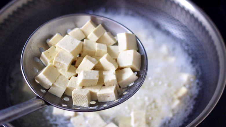 海带豆腐汤,同样的方法把豆腐焯一下水,这样即可以去掉豆腐的豆腥味,又可以再做汤的时候,汤汁清澈不浑浊,口感更佳。