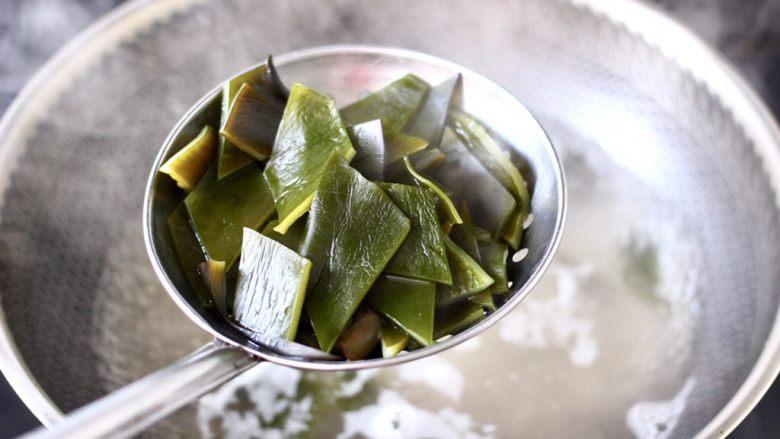 海带豆腐汤,锅中倒入适量的清水烧开,放入海带焯一下水,这样就会把海带身上自带的涩味去除掉,海带煮软捞出沥干水分。