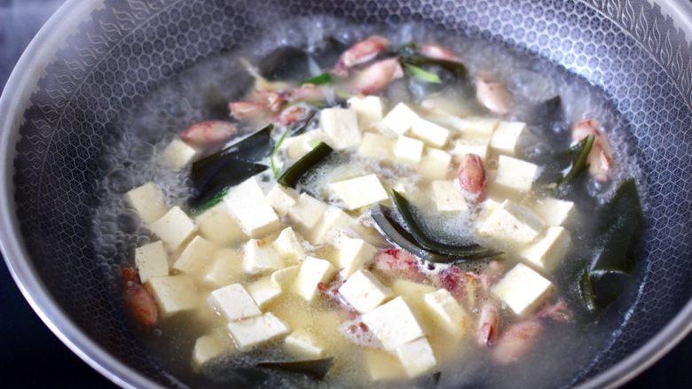 海带豆腐汤,这个时候加入焯好的豆腐,继续炖煮10分钟左右。