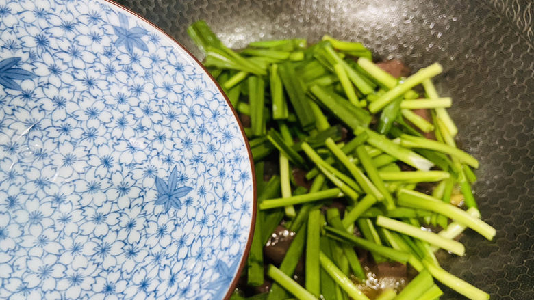 韭菜炒猪血,淋入少许热水翻炒至断生即可