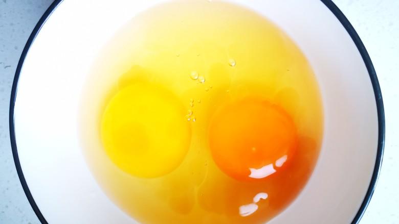豇豆炒鸡蛋,碗中打入两个<a style='color:red;display:inline-block;' href='/shicai/ 9'>鸡蛋</a>,加适量料酒