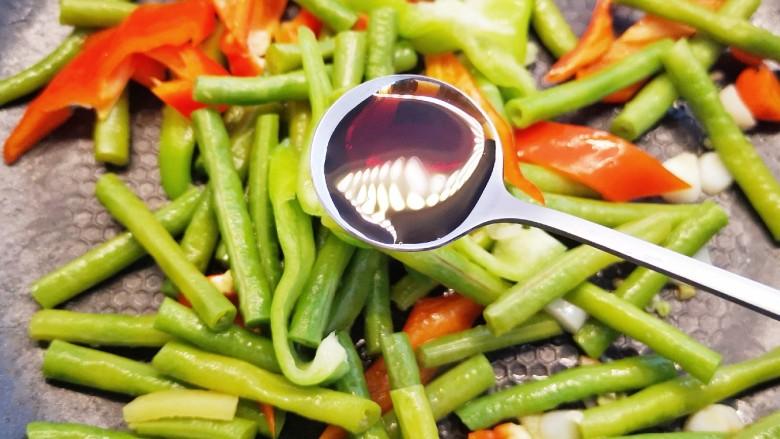 豇豆炒鸡蛋,加适量清水,将豇豆炒熟,加青红椒,再加适量生抽翻炒均匀