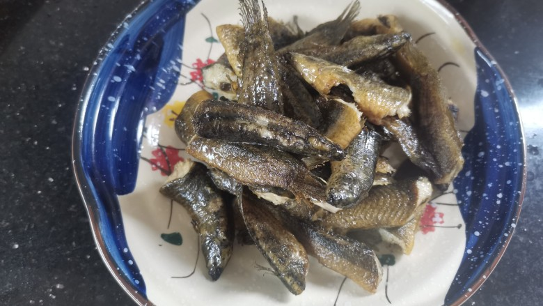 红烧泥鳅,煎好捞出装盘
