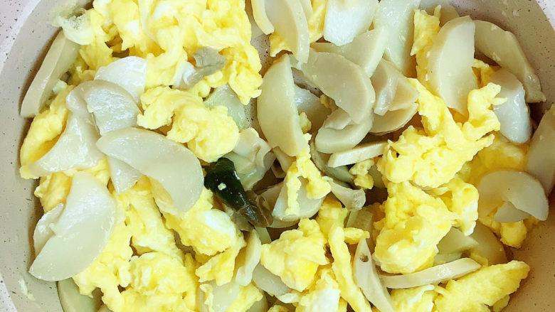 杏鲍菇炒鸡蛋,翻炒