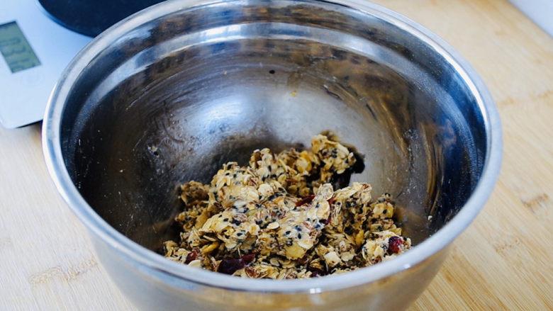 红糖燕麦饼,带上一次性手套抓拌均匀。