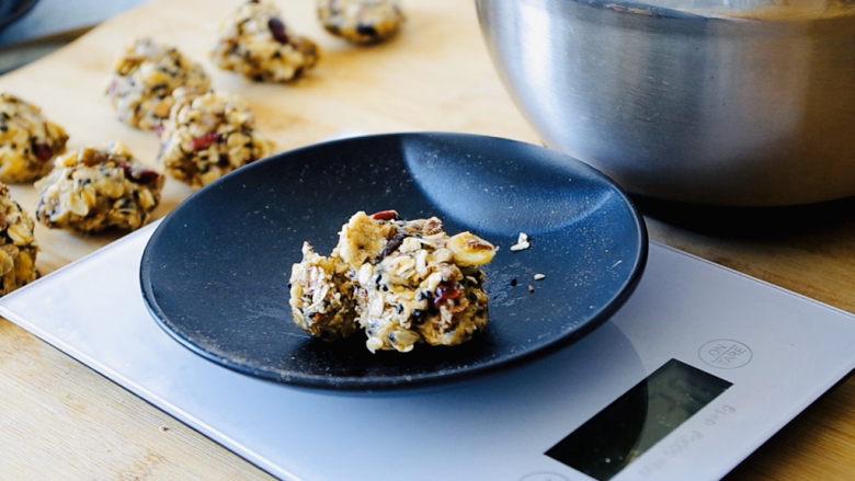 红糖燕麦饼,把食材等分成30克一个捏成团。