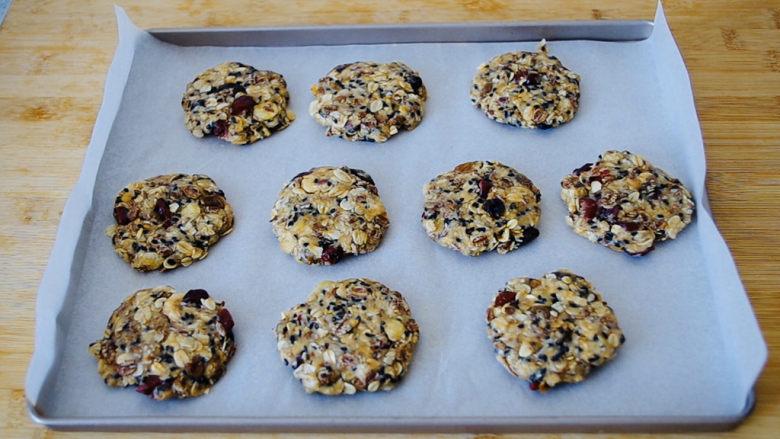 红糖燕麦饼,烤盘上铺一层吸油纸,放上做好的小饼。