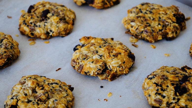 红糖燕麦饼,烤制完成后,放烤架上自然冷却后装入密封的饼干盒即可。