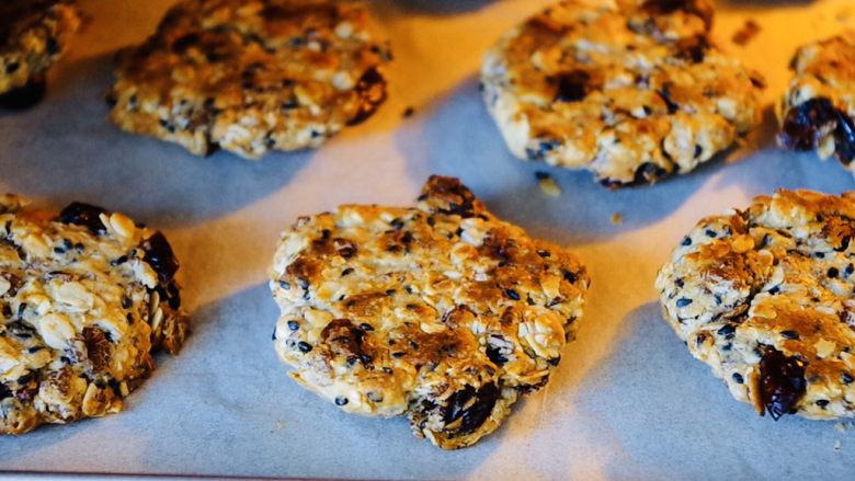 红糖燕麦饼,提前预热烤箱,上下200度,烤制15分钟,中间记得翻面。