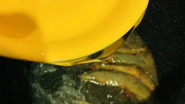 泥鳅炖豆腐,加清水;