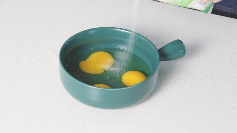 豇豆炒鸡蛋,倒入适量的食盐
