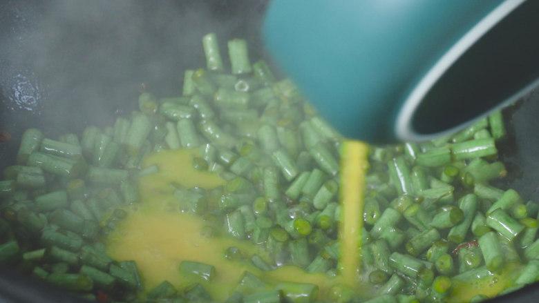 豇豆炒鸡蛋,倒入鸡蛋液