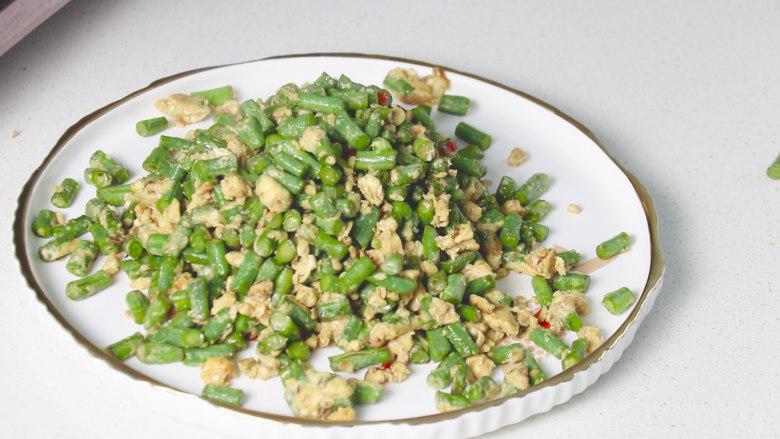 豇豆炒鸡蛋,炒熟后盛盘上桌
