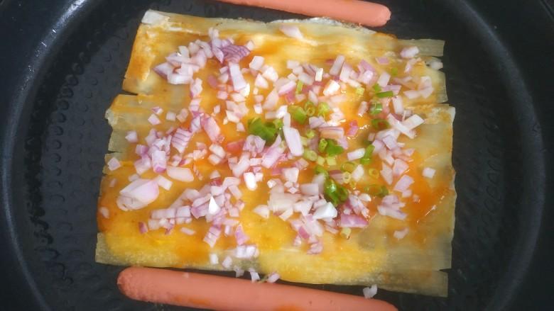 烤冷面,撒上洋葱和葱花