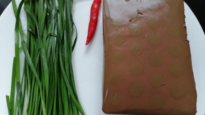 韭菜炒猪血,准备好所需材料