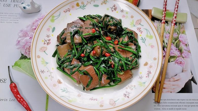韭菜炒猪血,拍上成品图,一道美味又营养的韭菜炒猪血就完成了。