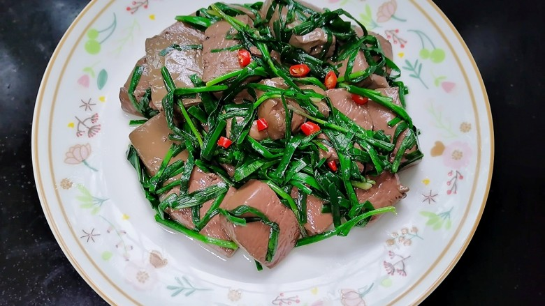 韭菜炒猪血,装盘