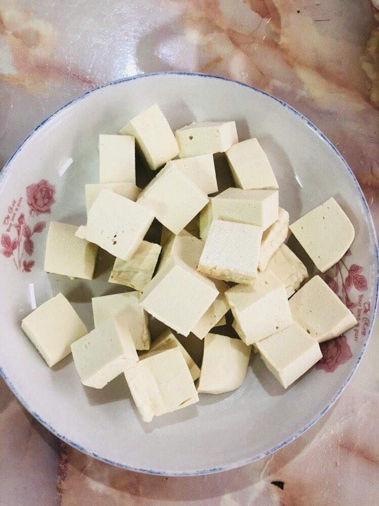 海带豆腐汤,豆腐洗净切成方块