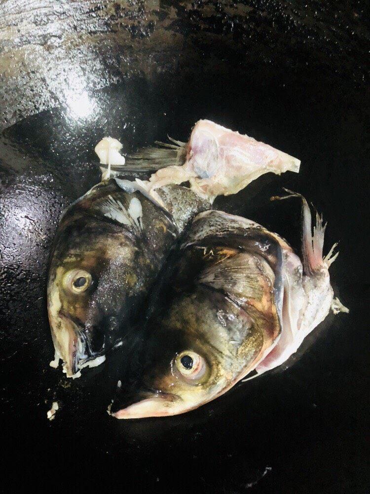 海带豆腐汤,转中小火,加入鱼头煎至金黄色。
