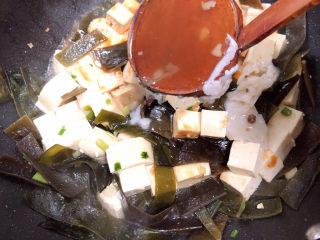 海带豆腐汤,倒入500毫升大棒骨汤。