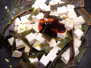 海带豆腐汤,放入一勺蚝油,翻炒均匀。