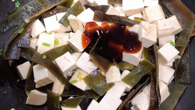 海带豆腐汤,放入一勺<a style='color:red;display:inline-block;' href='/shicai/ 721'>蚝油</a>,翻炒均匀。