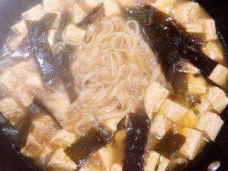 海带豆腐汤,开锅后,宽粉熟了,尝尝咸淡味,如果淡了可以放一些盐。