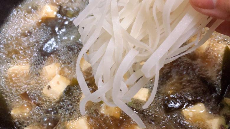 海带豆腐汤,海带豆腐汤中放入宽粉,盖盖儿中火炖煮10分钟。