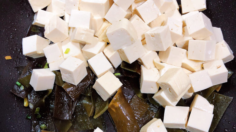 海带豆腐汤,再放入豆腐翻炒均匀。