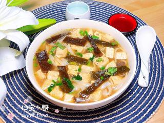 海带豆腐汤,一碗营养健康的海带豆腐大骨汤就上桌了。