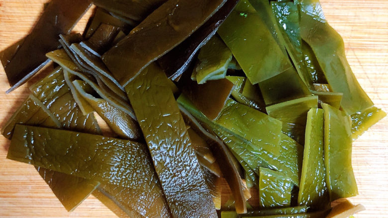 海带豆腐汤,将海带切成长条块儿状待用。