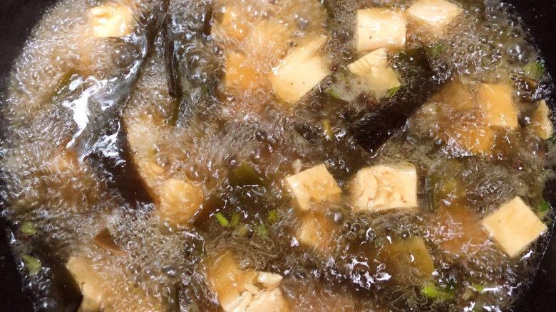 海带豆腐汤,大火烧开锅。