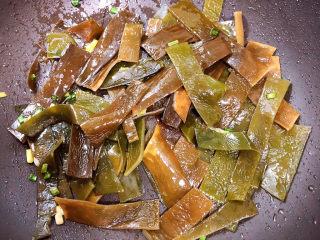 海带豆腐汤,放入海带条翻炒均匀。