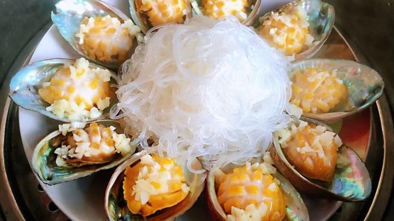 蒜蓉粉丝蒸鲍鱼,蒸熟的鲍鱼肉像开了花一样的饱满