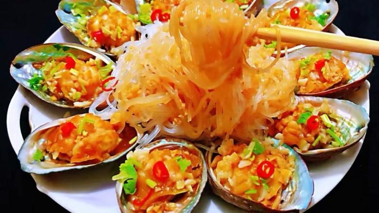 蒜蓉粉丝蒸鲍鱼,开吃了,美味的鲍鱼配上丝滑的粉丝,口感太美了。