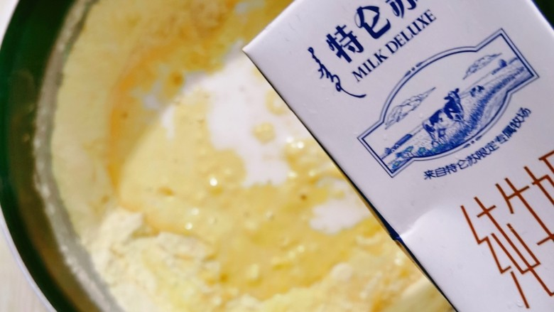 玉米饼,倒入牛奶和酵母