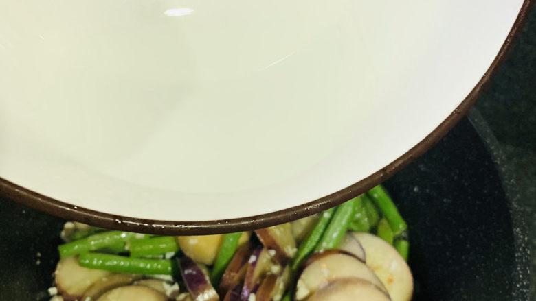 豇豆烧茄子,加些清水,继续炒;